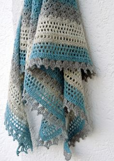 Recuerdos de infancia is a delicate, feminine, quick and easy triangular crocheted shawl worked from the top down.