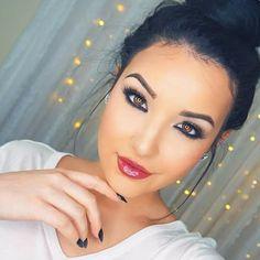 Prachtig deze look. Voor in de avond of tijdens een avondje stappen erg draagbaar. Boven een eyeliner en onder een eyeliner (niet geblend). Haar lippen zijn roze met een blauwe ondertoon en is afgemaakt met een shiny lipgloss. Verder draagt ze een opvallende highlighter, een subtiele blush & bronzer en zijn haar wenkbrauwen aangezet met een potlood.