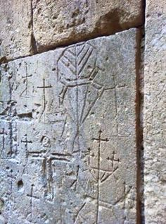 In 1307, the Knights Templar were imprisoned in Domme during the trial against them, of which hundreds of Templar graffiti still bear witness. They used a code system involving a series of geometric figures: the octagon represented the Grail, the triangle surmounted by a cross represented Golgatha, the square represented the Temple, and the circle represented the imprisonment.