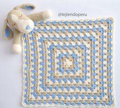 Colcha con perritos o manta de apego para acurrucarse tejida a crochet
