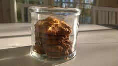 Cashewpähkinäkeksit:  1 luomukananmuna,  n. 4 rkl cashewpähkinävoita,  (1 rkl mantelivoita), 1,5 dl mantelijauhoja,  0,5 dl kookossokeria,  0,5 tl soodaa, noin 1 tl luomukanelia,  0,25 tl vaniljasokeria  pari pisaraa rommiaromia. Sekoita kaikki aineet yhteen taikinakulhossa. Taikinan tulee olla jähmeää ja helposti muovailtavaa.  Ripottele päälle hipsaus laadukasta suolaa sekä hasselpähkinärouhetta.   Paista uunin keskiosassa 175 asteessa noin 10-15 minuuttia.