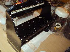 Porta rolos com quatro vidros em poá preto e branco. Pode ser composto com outras peças montando um kit, consulte peças e decoração. R$ 55,00