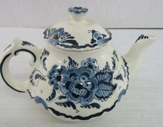 Vintage Hand Painted Delft Holland Blue on White Design Teapot, Flowers on one side, Windmill on Reverse. Chocolate Pots, Chocolate Coffee, Tea Cookies, Pottery Teapots, China Tea Sets, China Mugs, How To Make Tea, Blue Design, Delft