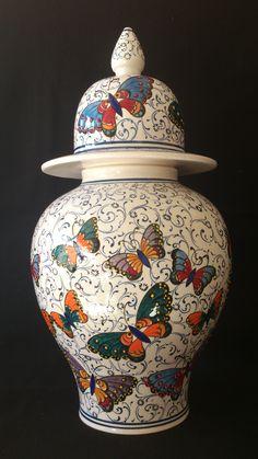 ÇİNİ DE KELEBEKLER Pottery Painting, Ceramic Painting, Pottery Bowls, Ceramic Pottery, Grenade, Painted Vases, Turkish Art, China Painting, Gourd Art
