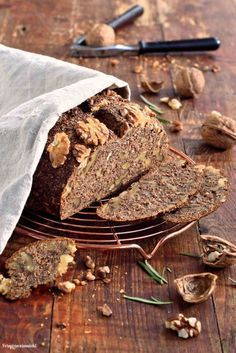 Protein bread with Skyr - Low Carb Perfect for breakfast a delicious walnut bread bake yourself. The recipe is very simple and the low carb walnut bread tastes very juicy. Low Carb Lunch, Low Carb Keto, Low Carb Recipes, Menu Dieta Paleo, Desayuno Paleo, Protein Bread, Paleo Dessert, Bread Baking, Sweet Recipes