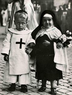 Rome, 1929 - I thnk this is children dressing as their patron saint for All Saints Day. Vintage Pictures, Old Pictures, Vintage Images, Old Photos, Black White Photos, Black And White Photography, Vintage Italy, Lewis Carroll, Vintage Photographs