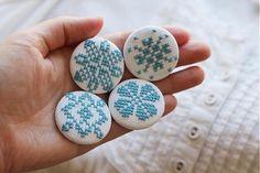 ninanina / ručne vyšívaná brošnička FOLKLÓR Cross Stitch, Buttons, Trends, Embroidery, Creative, Pattern, Crafts, Jewelry, Design