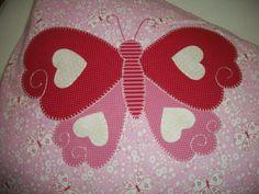 Fronha em tecido de algodão com aplicação também em tecido de algodão e bordado à mão. R$40,00