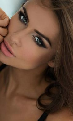 Brunettes rock the smoky eye and confident eyebrows. Always looks amazing with a pinkish orange lip and a dark tan.