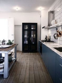 Fresh blue kitchen with carrara marble counter and black cabinet #scandinavian