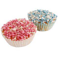 Bak zelf muffins zoals je gewend bent. Maak glazuur door poedersuiker te besprenkelen met een paar druppels water. Voor 12 muffins is 50 gram poedersuiker meer dan genoeg. Roer de poedersuiker met water goed tot een doorzichtig witte glazuur. Besmeer de muffins vervolgens met deze glazuur en bestrooi met de roze of blauwe muisjes. Leuk als traktatie op een geboortefeest!