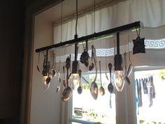 Gammel lampe blir som ny: gjenbruk av gamle sølvskjeer Track Lighting, Chandelier, Ceiling Lights, Homemade, Home Decor, Cooking, Candelabra, Decoration Home, Room Decor