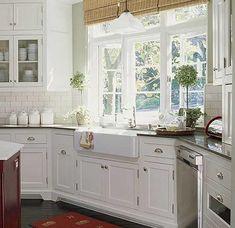Cucine moderne ad angolo con ante degli armadietti di colore bianco ...