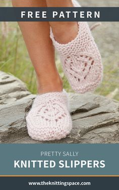 Knitted slippers with lace pattern and ridges in DROPS Andes. Knitted slippers with lace pattern and ridges in DROPS Andes. Sizes 35 - Free patterns by DROPS Design. Knitting Socks, Knitting Stitches, Free Knitting, Drops Design, Crochet Shoes, Knit Crochet, Tunisian Crochet, Crochet Granny, Winter Knitting Patterns