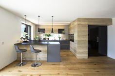 Wohnküche in Eiche kombiniert mit anthrazit. Integrierte Vorratskammer mit schwarzer Glastür. Planung: Elisabeth Laserer