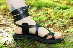 Personalizadas hechas a mano sandalias de cuero - tiras - griego - romano - planas - sandalias gladiador. Muchos colores. :) de DarkSideofNorway en Etsy https://www.etsy.com/mx/listing/234479452/personalizadas-hechas-a-mano-sandalias