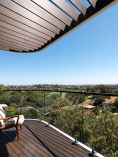 Perched on the top of a rock escarpment in Sydney's Eastern Suburbs, overlooking Queens Park and Centennial Park, the cliff top house is an example of vertical living.