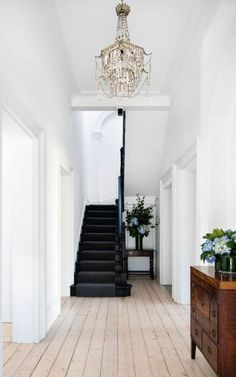 with nature inspiration White hallway with black stairs Black Staircase, Modern Staircase, Staircase Design, Black Wood Floors, Natural Wood Flooring, White Hallway, White Stairs, White Walls, Haacke Haus