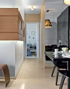 O visual da sala de jantar suavizou-se graças ao piso clarinho – um laminado no tom Marfim Pérola (Eucafloor-Eucatex). Também contribuíram a iluminação e os espelhos aplicados em uma das superfícies, do chão ao teto. Projeto da designer Elvira Monteiro.