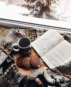 reading in winter: ginger cookies with hot tea or coffee Coffee Photography, Winter Photography, Photography Outfits, Photography Themes, Photography Aesthetic, Photography Portraits, Abstract Photography, Photography Women, Hygge
