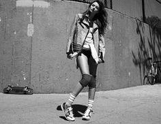 H Miranda Kerr υποδύεται τη sexy φοιτήτρια που παίζει στο γήπεδοτης γειτονιάς. Η φωτογράφηση έγινε για τη Vogue Korea.