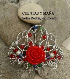 Prendedor de flamenca,  de aluminio,  resina y cristales.  Cuentas y maña