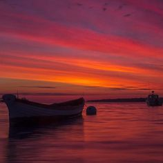 It's always worth the early morning when this is the reward. Magical #sunrise in Martha's Vineyard from @kevinrawalsh. #MarthasVineyard #CapeCod