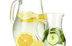 detox water pepino y limon. Detox water pepino y limon. I found out multiple things over the weekend. The first one being I want to eat this recipe for the rest of my life. Mint Water, Lemon Water, Spa Water, Coconut Water, Diet Drinks, Healthy Drinks, Beverages, Healthy Food, Massage Facial