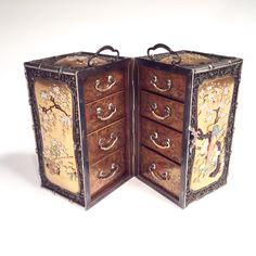 Japon, Petit cabinet (ko-dansu) en argent et laque à décor Shibayama, ép Meiji, signé.