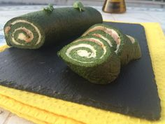 Rotolo verde con spinaci farcito con salmone affumicato e stracchino è un piatto fresco da servire come aperitivo o piatto unico.