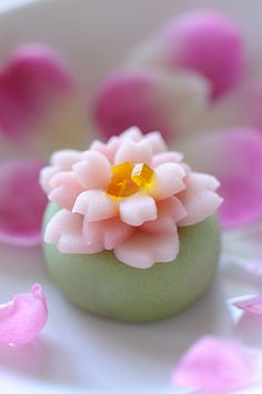 ) is a traditional Japanese confectionery which is often served with tea, especially the types made of mochi, anko (az. Japanese Sweets, Japanese Wagashi, Japanese Food Art, Japanese Cake, Desserts Japonais, Dessert Chef, Asian Desserts, Eclairs, Cute Food
