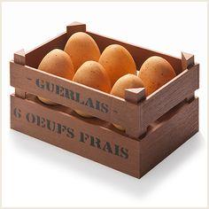 Le gâteau de Pâques de Vincent Guerlais… Un gâteau composé d'une dacquoise aux amandes, d'une crème onctueuse au citron parfumée à la mélisse, de mascarpone à la vanille et de fraises fraîches installée au cœur d'une caissette en chocolat au lait. Le tout recouvert d'œufs en chocolat blanc renfermant des éclats de crumble aux amandes et des mini-œufs de coulis…