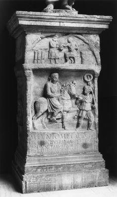Funerary Altar of M. Junius Rufus - Ara funeraria de Marcus Iunius Rufus, c. 100 d.C. dedicada al muchacho por su paedagogus Soterichus, autor de la inscripción en verso. El muchacho aparece  representado, leyendo, en la parte superior. En la escena principal aparece un jinete (acaso Marcus Iunius Rufus, praefectus Aegypti atestiguado entre 94-98 d.C.) cuyo caballo conduce un soldado que porta un estandarte. CIL VI 9752. Antes en la Villa Carpegna de Roma, Walters Art Gallery inv. nº 23.18