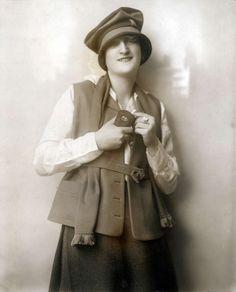 Dameshoeden. Weense voorjaarsmode. Model met sportief vest en vilten slappe hoed. Plaats onbekend, 1918.