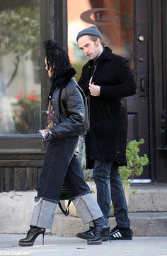 Risultati immagini per fka twigs e pattinson street style Pat Man, Robert Pattinson Fka Twigs, Zendaya Hair, Black Hipster, Tomboy Look, Toronto Photos, Old Flame, Stylish Couple, Street Style