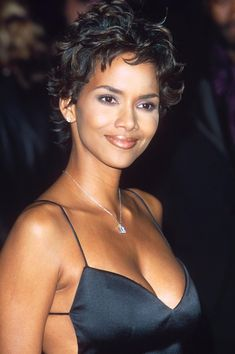 Celebrity moms 216313588341291527 - Source by vaghefs Halle Berry Pixie, Halle Berry Haircut, Halle Berry Short Hair, Halle Berry Hairstyles, Halle Berry Style, Halle Berry Hot, Halle Berry Young, Most Beautiful Black Women, Beautiful Celebrities