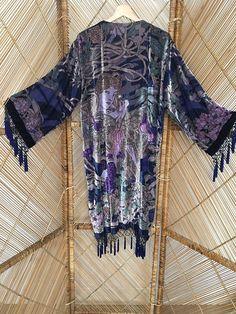 Chaqueta kimono azul/púrpura hermosa cubrir a ti mismo en magnífico kimono de terciopelo y el agotamiento laddies bonitos cara en la parte posterior de la chaqueta con abalorios cosidos a mano que brillan en la luz,, fotos no esta justicia chaqueta increíble. franja moldeada gotitas cuelga alrededor dobladillo, pun ¢ o y el tórax  mediciones de parte superior del hombro a dobladillar 40 y 7 de fringe axila a axila cuando colocan acostadas 21 longitud de la manga 18 ancho de manga 9 Circu...