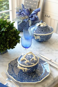 The French Tangerine: ~ Christmas table 2013 Apt Ware! Love the Blue And White Marble Pattern And White Oak Leaf Trim of the Apt Ware! Blue And White China, Blue China, Dresser La Table, Home Modern, Beautiful Table Settings, Blue Christmas, Christmas Mantles, Victorian Christmas, Christmas Trees