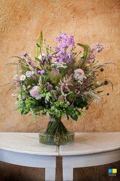 Groot veldboeket, korenschoof gebonden in fraaie combinatie van paars en roze tinten.