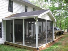 Screen porch ideas - How to build a screened in porch plans? Do you dare to build your wooden roof and tiles on your terrace or patio? Screened In Porch Plans, Screened Porch Decorating, Screened Porch Designs, Patio Plans, Front Porch Posts, Building A Porch, House With Porch, Cottage, Courtyards