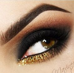 What if a classic black smokey eye had some twist to it? Well, adding gold can glam-up the look. So, smokey eyes with gold. Dark Eye Makeup, Gold Eye Makeup, Eye Makeup Tips, Smokey Eye Makeup, Makeup Eyeshadow, Makeup Ideas, Glitter Eyeshadow, Makeup Kit, Black Makeup