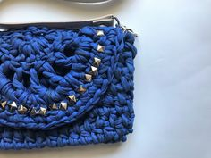 Bolsa de croche azul com taxinhas e alca de ombro Bolsa de croche feita com fio de malha e aplicação com brilhos. Forrada por dentro com tecido tricoline. com fechamento em ziper. arrasa em todos os looks!!!! produto 100% manual, com fio de malha reciclado e sustentável. cor azul, com alça de ombro de couro nude de 1 metro e taxinhas cor prata acessórios não inclusos. medida: 29 cm x 15 cm
