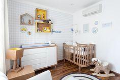 Quartinho de bebê em amarelo, azul e branco