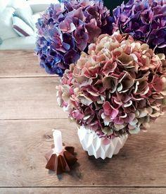 Prächtiges Farbenspiel: Herbstliche Blumendeko   SoLebIch.de Foto: AlMaKa #solebich #blumen #blumendeko #herbstdeko #herbstblumen #Tischdeko #hortensie #blumenvase #vase #kerze Sweet Home, Diy Crafts, Deco, Tattoos, Fall, Party, Flowers, Wedding, October Wedding