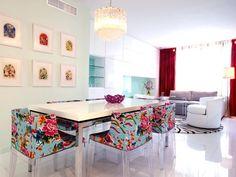un salon blanc ouvert sur la salle à manger de style Pop Art