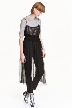 Прозрачное платье из тюля: Прозрачное платье из тюля на узких бретелях. По верху лифа волан, под бюстом сборка мелкими буфами. Без подкладки.