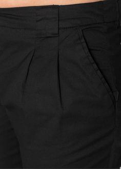 Guarda qui:Questi pantaloni della collezione bpc ti accompagneranno piacevolmente tutti i giorni!   Le pinces danno un tocco di femminilità. Le tasche sagomate sul davanti e quelle a listino dietro donano un aspetto casual, mentre il taglio a sigaretta li rende versatili e facilmente abbinabili. Divertiti e crea nuovi look in poco tempo cambiando sempre accostamento. Vuoi un aspetto sportivo? Una maglia in felpa con cappuccio è quello che fa per te. Vuoi apparire seducente? Scegli una…