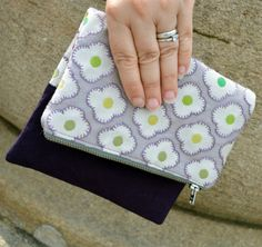Simple fold over clutch bag pattern. Sew an ideal quick and easy clutch bag with a contrast fold over top. Several fold over clutch examples for inspiration Bag Patterns To Sew, Sewing Patterns, Applique Patterns, Fabric Patterns, Clutch Bag Pattern, Wallet Pattern, Clutch Tutorial, How To Make Purses, Sewing Projects
