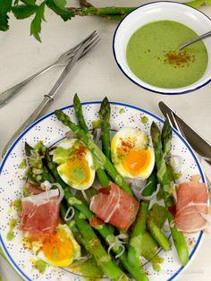 Grüner Spargelsalat 💚 mit Schinken und Eiern und einem grünen Kräuter-Dressing mit Parmesan