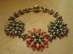 Bracciale con fiorellini perle Superduo e rocailles Miyuki : Braccialetti di patrizia-bijoux